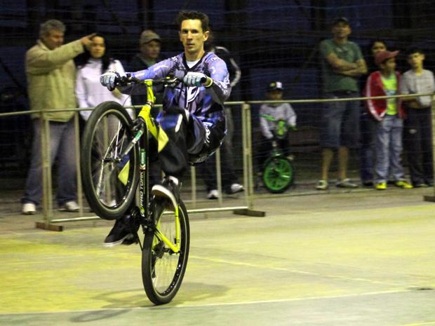 Atleta empinou bicicleta por mais de 11 horas em Curitiba para tentar bater recorde