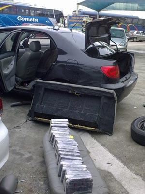 Droga era levada em fundo falso de carro