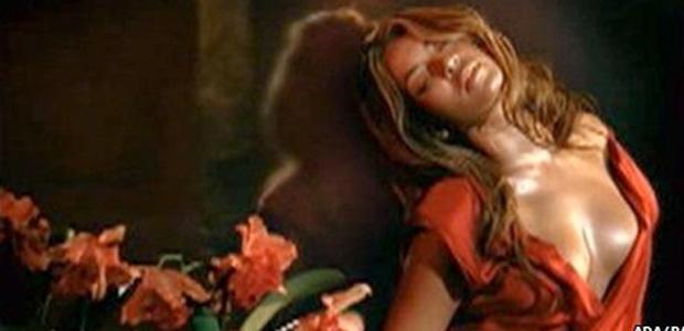 Cena do anúncio com Beyoncé.