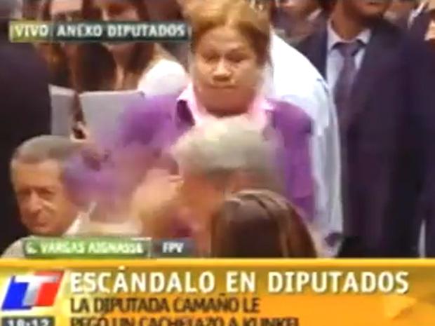Imagem da TV local flagra o momento da agressão.