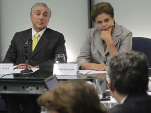 A presidente eleita Dilma Rousseff e o vice Michel Temer durante reunião da equipe de transição de governo que discutiu em Brasília medidas de combate à pobreza