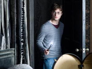 Óculos que Radcliffe usava no set não tinham lentes para evitar reflexos (Foto: Divulgação/NYT)