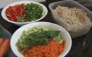 Prepare o arroz vegetal com salada e vinagrete de limão de Harvard