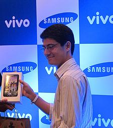 Primeiro comprador do Galaxy Tab na Vivo, em São Paulo.