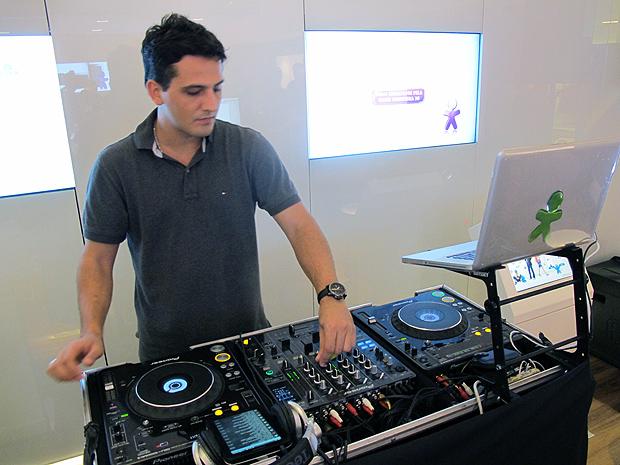 DJ Kaleb Assad recebia em seu Galaxy Tab as músicas, em mp3,  escolhidas pelos convidados, por Bluetooth.
