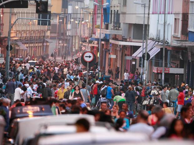 Com a proximidade do período de compras para o Natal, a movimentação de consumidores na feirinha da madrugada, realizada na região da Rua 25 de Março, no Centro de São Paulo, foi intensa neste sábado (20). Lojistas do principal centro de comércio popular