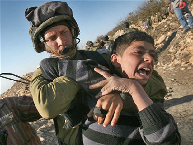 Soldado israelense prende palestino durante protesto de ativistas israelenses, palestinos e estrangeiros contra o assentamento judaico de Karmi Tsur, ao norte da cidade de Hebron, na Cisjordânia (Foto: Hazem Bader/AFP )