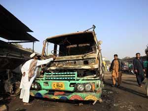 Insurgentes ateiam fogo a dez caminhões tanque da OTAN no Paquistão.