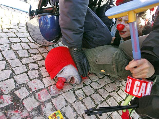 Manifestantes são detidos após manifestação em Lisboa, neste sábado (20)