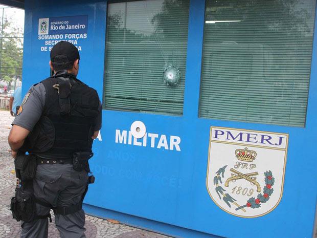 Cabine da PM metralhada no Rio