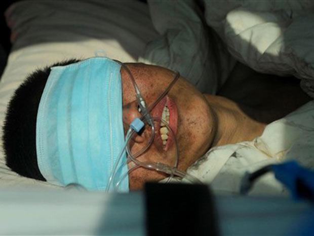Mineiro resgatado recebe tratamento em hospital de Neijiang, na China, nesta segunda