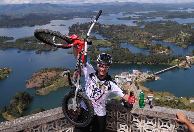 Colombiano subiu de bicicleta 649 degraus da 'Piedra del Penol'.