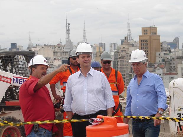 Kassab (ao centro) vistoria obras de demolição do edifício São Vito