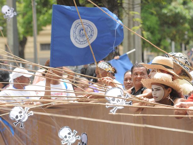 Pescadores fizeram um protesto no Recife na manhã desta segunda-feira