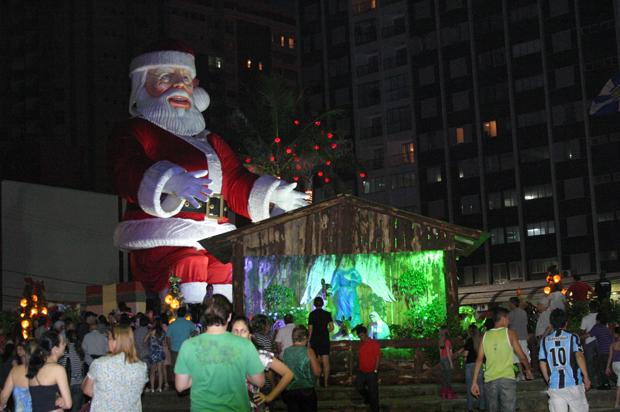 Um Papai Noel robotizado de 15,5 metros é atração deste Natal em Balneário Camboriú. Na noite de sábado (20), ele foi inaugurado na Praça Almirante Tamandaré. No entorno, presépio e luzes também fazem parte da decoração natalina.