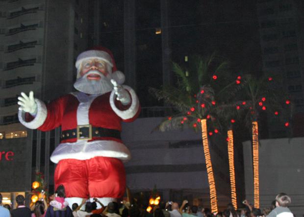 Robotizado, Papai Noel mexe os braços para cima e para baixo.