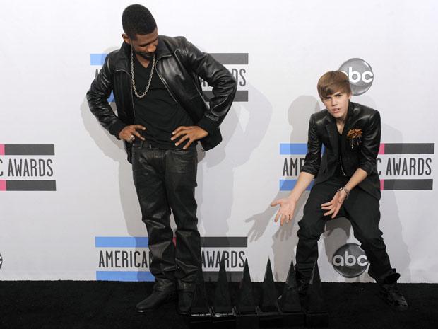 Usher e Justin Bieber brincam com prêmios no backstage do AMA