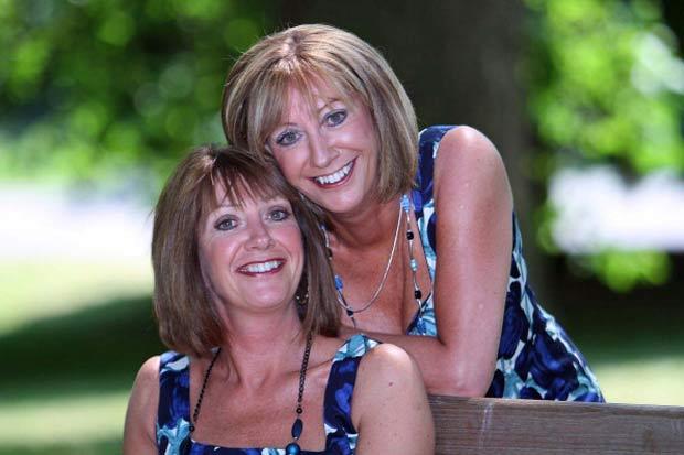 Christine Martin (à esquerda) e Diane Reeve após a cirurgião plástica.