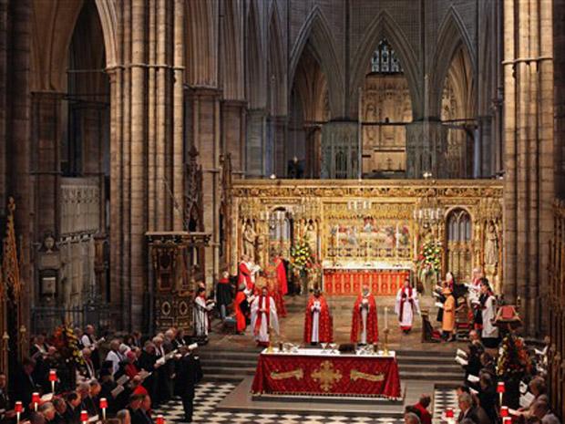 A Rainha Elizabeth II e o príncipe Philip durante serviço eucarístico nesta terça-feira (23) na abadia de Westminster, em Londres.