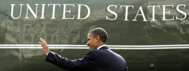 O presidente dos EUA, Barack Obama, dirige-se para helicóptero nesta terça-feira (23) no pátio da Casa Branca.