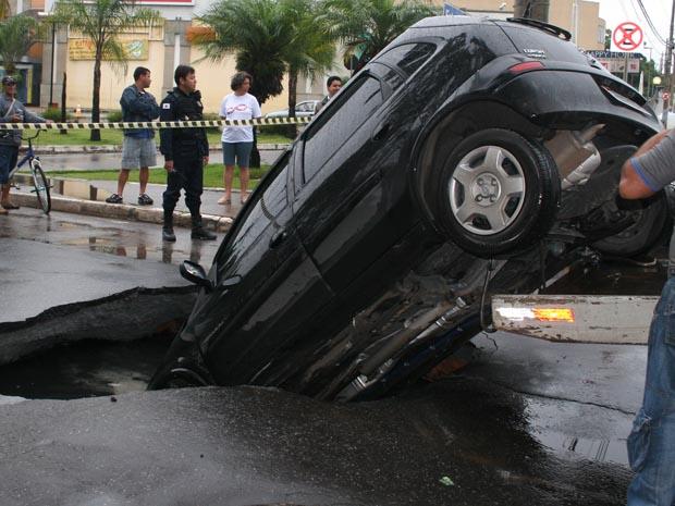 Carro cai em cratera em avenida de Betim, na Grande BH.