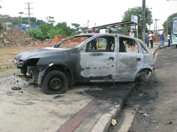 Carro queimado em Costa Barros