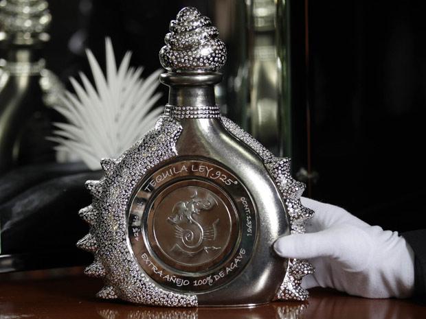 O empresário Fernando Altamirano exibe sua criação, uma garrafa de tequila cravejada com 4,1 mil pedras de diamante, avaliada em US$ 3,5 milhões; com a venda, Altamirano espera entrar para o Guiness, o livro dos recordes, com a garrafa mais cara do mundo