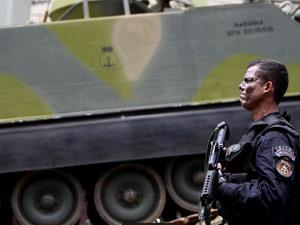 Agente durante operação na Vila Cruzeiro