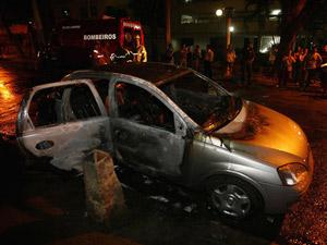 Carro foi incendiado na Rua Félix da Cunha, na Tijuca