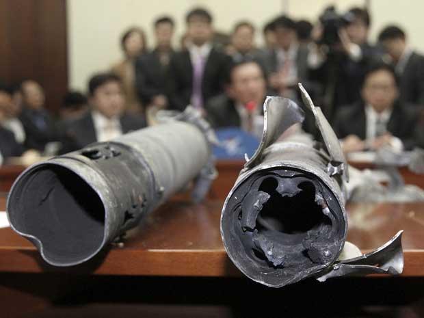 Destroços dos projéteis disparados pela Coreia do Norte contra território sul-coreano são levados para reunião do Partido Nacional, em Seul.
