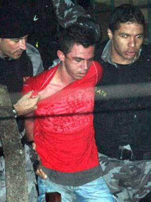 Lindemberg é preso após atirar em Eloá (Foto: Reprodução/TV Globo)
