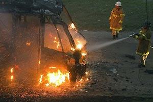 Micro-ônibus é incendiado sobre o Túnel Rebouças, na Zona Sul (Antonio Scorza/AFP)