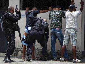 Oficiais em operação na Vila Cruzeiro