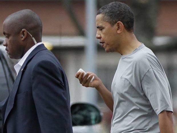 Barack Obama caminha após levar pancada na boca durante jogo de basquete