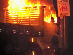 Leitor registrou o caminhão em chamas no Jardim América