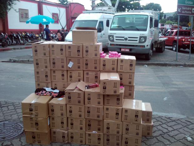 Policiais encontraram na Vila Cruzeiro cerca de 80 caixas carregadas de produtos cosméticos
