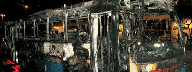 Ônibus da linha 154 (Central-Ipanema) foi incendiado na esquina com a Avenida Passos