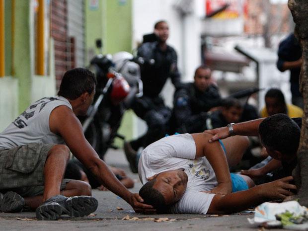 Homem que estava refugiado num bar foi ferido no abdômen, durante operação no Morro do Alemão.