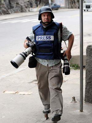 Mesmo com colete e capacete, fotógrafo foi ferido no ombro