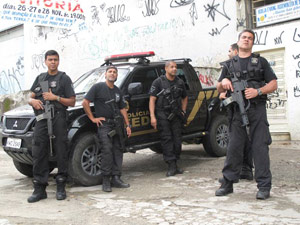 Polícia Federal no entorno do conjunto de favelas do Alemão