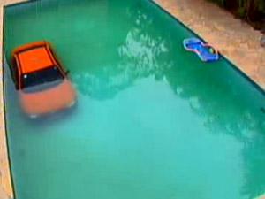 Taxista erra manobra e cai com táxi e passageiro dentro de piscina em Curitiba