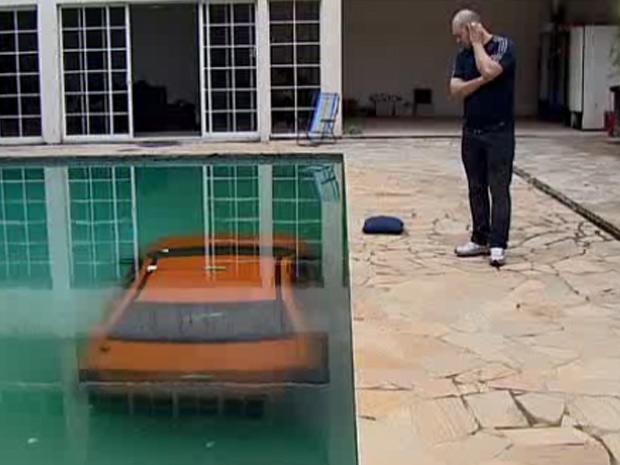 Taxista cai em piscina após manobra errada no Paraná