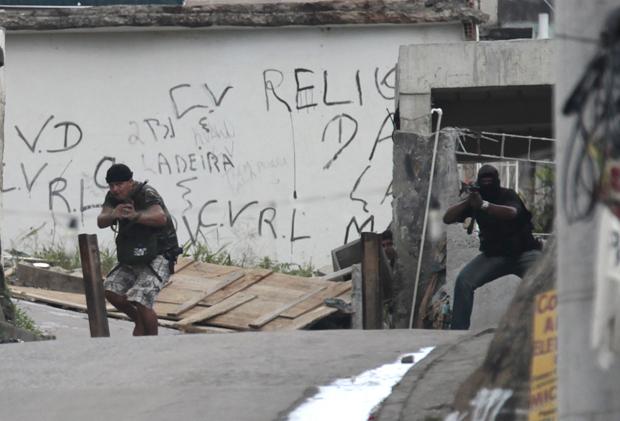 Bandidos armados foram flagrados no conjunto de favelas do Alemão, onde a polícia faz operação na manhã desta sexta-feira (26).