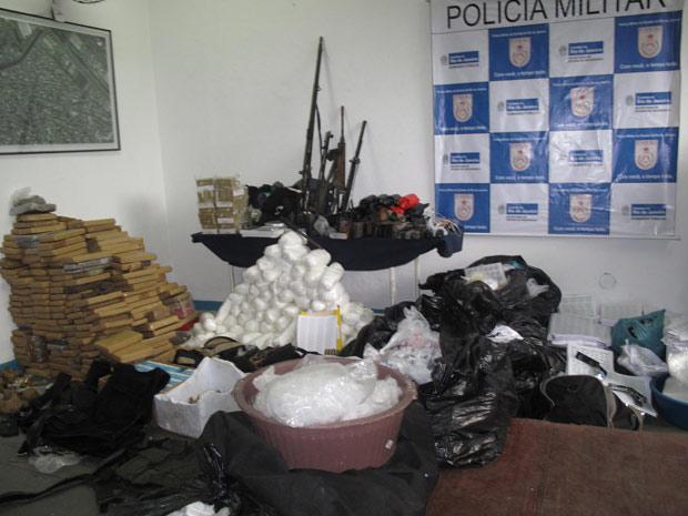 Policiais do 16º BPM (Olaria) apresentaram, nesta sexta-feira (26), armas e munições apreendidas durante operação na Vila Cruzeiro, na Zona Norte do Rio, desde quinta-feira (25). Além de três fuzis e armas, havia uma réplica de madeira de metralhadora. A