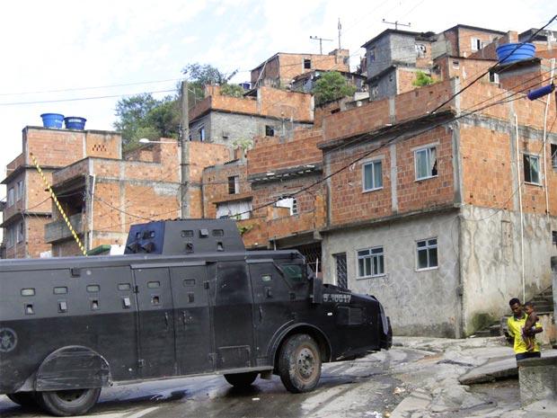 O veículo blindado 'Caveirão', do Bope, entra no Morro do Alemão, na manhã de sexta-feira (26).