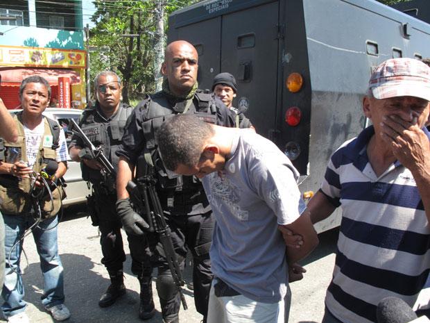 """Pai entrega filho para a polícia: """"Um dia ele ia ter que pagar"""""""
