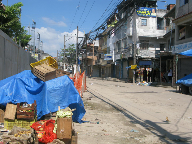 Com os conflitos no local desde quinta-feira (25), lixo não é recolhido