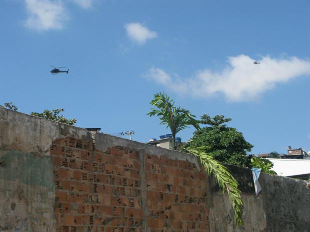 Helicóptero da polícia sobrevoa o morro por volta das 10h; no total, quatro helicópteros foram usados na ação