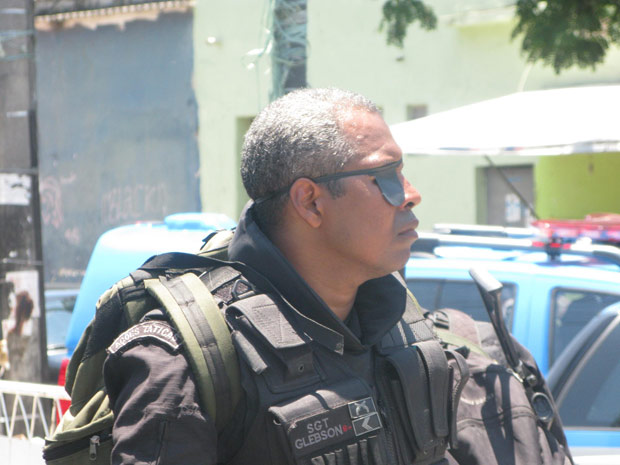 Policial durante a ação no Complexo do Alemão neste domingo (28)