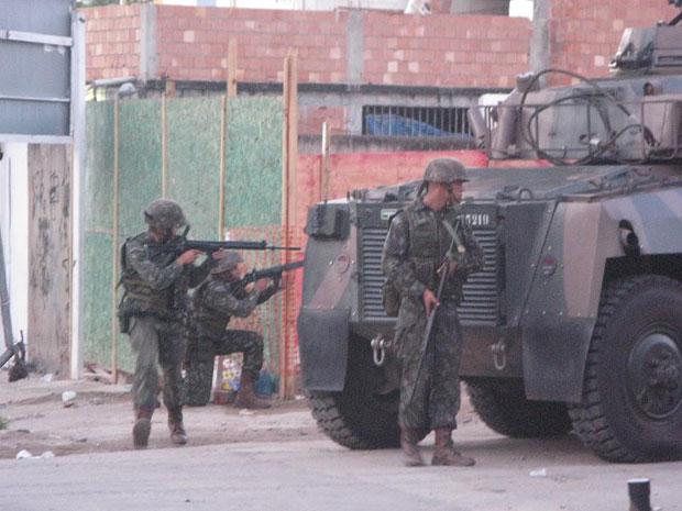 Blindado do Exército ajuda em operação no Complexo do Alemão